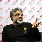 تصویری از محمدعلی باشهآهنگر، کارگردان و نویسنده سینما و تلویزیون در حال بازیگری سر صحنه یکی از آثارش