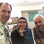 تصویری از پریسا مقتدی، بازیگر سینما و تلویزیون در پشت صحنه یکی از آثارش به همراه بهنام تشکر و کاظم سیاحی