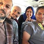 تصویری از پریسا مقتدی، بازیگر سینما و تلویزیون در پشت صحنه یکی از آثارش به همراه امیر کاظمی و کاظم سیاحی