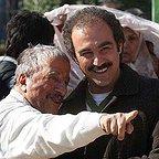 تصویری از محسن تنابنده، بازیگر و نویسنده سینما و تلویزیون در پشت صحنه یکی از آثارش به همراه علیرضا خمسه