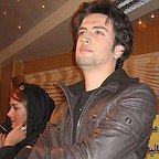 تصویری از بنیامین بهادری، بازیگر سینما و تلویزیون در حال بازیگری سر صحنه یکی از آثارش