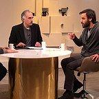 تصویری از شهرام مکری، نویسنده و کارگردان سینما و تلویزیون در حال بازیگری سر صحنه یکی از آثارش