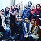 تصویری از پریسا مقتدی، بازیگر سینما و تلویزیون در پشت صحنه یکی از آثارش به همراه امیر کاظمی، فرخنده فرمانیزاده و کاظم سیاحی