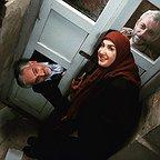 تصویری از پریسا مقتدی، بازیگر سینما و تلویزیون در پشت صحنه یکی از آثارش به همراه بیژن بنفشهخواه و کاظم سیاحی