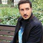 تصویری از ابوالفضل میری، بازیگر سینما و تلویزیون در حال بازیگری سر صحنه یکی از آثارش