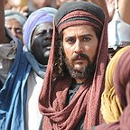 تصویری از آرش آصفی، بازیگر سینما و تلویزیون در حال بازیگری سر صحنه یکی از آثارش