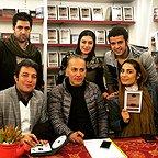 تصویری از مجتبی پیرزاده، بازیگر سینما و تلویزیون در پشت صحنه یکی از آثارش به همراه حمیدرضا آذرنگ