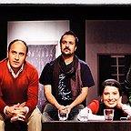تصویری از علی سرابی، بازیگر سینما و تلویزیون در حال بازیگری سر صحنه یکی از آثارش به همراه آیدا کیخایی، باران کوثری و احمد مهرانفر