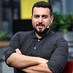 تصویری از محسن کیایی، بازیگر و نویسنده سینما و تلویزیون در حال بازیگری سر صحنه یکی از آثارش