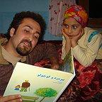 تصویری از حمیدرضا حافظی، نویسنده سینما و تلویزیون در پشت صحنه یکی از آثارش به همراه ترلان پروانه