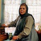 تصویری از زهرا حاتمی، بازیگر سینما و تلویزیون در حال بازیگری سر صحنه یکی از آثارش