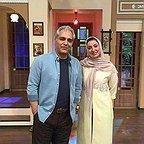 تصویری از نگار عابدی، بازیگر سینما و تلویزیون در حال بازیگری سر صحنه یکی از آثارش به همراه مهران مدیری