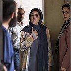 مینا ساداتی در صحنه فیلم سینمایی تابستان داغ به همراه پریناز ایزدیار