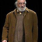 تصویری از داریوش ارجمند، بازیگر و نویسنده سینما و تلویزیون در حال بازیگری سر صحنه یکی از آثارش