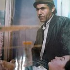 تصویری از فرزانه داوری، بازیگر سینما و تلویزیون در حال بازیگری سر صحنه یکی از آثارش
