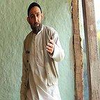 تصویری از هدایت هاشمی، بازیگر سینما و تلویزیون در حال بازیگری سر صحنه یکی از آثارش