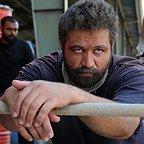 تصویری از مزدک میر عابدینی، بازیگر و نویسنده سینما و تلویزیون در حال بازیگری سر صحنه یکی از آثارش