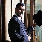 تصویری از کامران تفتی، بازیگر و کارشناس سینما و تلویزیون در حال بازیگری سر صحنه یکی از آثارش