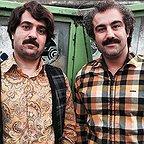 تصویری از محسن تنابنده، بازیگر و نویسنده سینما و تلویزیون در پشت صحنه یکی از آثارش