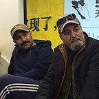 تصویری از محسن تنابنده، بازیگر و نویسنده سینما و تلویزیون در پشت صحنه یکی از آثارش به همراه سیروس مقدم