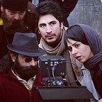 تصویری از کریم امینی، دستیار کارگردان و بازیگر سینما و تلویزیون در پشت صحنه یکی از آثارش به همراه تینا پاکروان