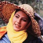 تصویری از رعنا آزادیور، بازیگر سینما و تلویزیون در حال بازیگری سر صحنه یکی از آثارش