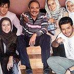 تصویری از داریوش فرهنگ، کارگردان و بازیگر سینما و تلویزیون در پشت صحنه یکی از آثارش به همراه پریناز ایزدیار و شبنم قلیخانی
