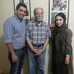 تصویری از علی نصیریان، بازیگر و کارشناس سینما و تلویزیون در حال بازیگری سر صحنه یکی از آثارش به همراه حمید گودرزی