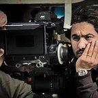 تصویری از هادی بهروز، مدیر فیلم برداری سینما و تلویزیون در پشت صحنه یکی از آثارش