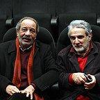 تصویری از داریوش فرهنگ، کارگردان و بازیگر سینما و تلویزیون در حال بازیگری سر صحنه یکی از آثارش به همراه محمد هاشمی