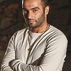 تصویری از یاسر بختیاری، بازیگر سینما و تلویزیون در حال بازیگری سر صحنه یکی از آثارش