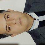 تصویری از حسین مروی، تهیه کننده و نویسنده سینما و تلویزیون در حال بازیگری سر صحنه یکی از آثارش