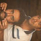تصویری از علیرضا باقربیگی، طراح گریم و مدیر تولید سینما و تلویزیون در حال بازیگری سر صحنه یکی از آثارش