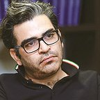 تصویری از سجاد شهریاری، کارگردان سینما و تلویزیون در حال بازیگری سر صحنه یکی از آثارش