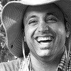 تصویری از علی اصغری، نویسنده سینما و تلویزیون در حال بازیگری سر صحنه یکی از آثارش