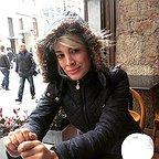 تصویری از مژگان ربانی، بازیگر سینما و تلویزیون در حال بازیگری سر صحنه یکی از آثارش