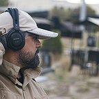 تصویری از داریوش مختاری، نویسنده و بازیگر سینما و تلویزیون در حال بازیگری سر صحنه یکی از آثارش
