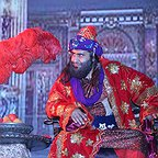 تصویری از حمید عجمی، بازیگر و عنوانبندی (تیتراژ) سینما و تلویزیون در حال بازیگری سر صحنه یکی از آثارش