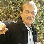 تصویری از رزاق رادان، بازیگر سینما و تلویزیون در حال بازیگری سر صحنه یکی از آثارش