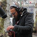 تصویری از بهادر فتاح طاری، عکاس و تدوینگر سینما و تلویزیون در حال بازیگری سر صحنه یکی از آثارش