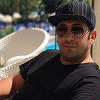 تصویری از وحید شیخزاده، بازیگر سینما و تلویزیون در حال بازیگری سر صحنه یکی از آثارش