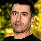 تصویری از محسن بابایی، طراح گریم و بازیگر سینما و تلویزیون در حال بازیگری سر صحنه یکی از آثارش