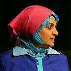 تصویری از سهیلا جوادی، بازیگر و چهرهپرداز سینما و تلویزیون در حال بازیگری سر صحنه یکی از آثارش