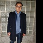 تصویری از حسین توکلی، بازیگر سینما و تلویزیون در حال بازیگری سر صحنه یکی از آثارش