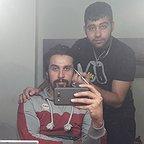 تصویری از محمد ملکی اردلانی، بازیگر و تدوینگر سینما و تلویزیون در حال بازیگری سر صحنه یکی از آثارش
