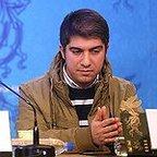 تصویری از پرهام وفایی، تدوینگر و بازیگر سینما و تلویزیون در حال بازیگری سر صحنه یکی از آثارش