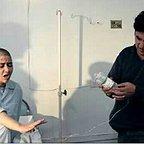 تصویری از رضا نسیمی، طراح گریم و بازیگر سینما و تلویزیون در حال بازیگری سر صحنه یکی از آثارش