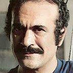 تصویری از فریدون فرخزاد، بازیگر سینما و تلویزیون در حال بازیگری سر صحنه یکی از آثارش