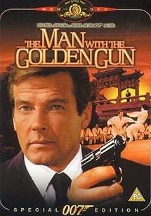 مردی با طپانچه طلایی