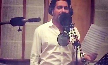 همایون شجریان در حال خوانندگی موسیقی متن فیلم «رگ خواب»